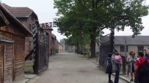 """Entrada al campo de concentración. La leyenda dice: """"El trabajo te hará libre"""""""